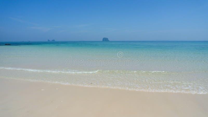 Wit zandstrand in Thailand op het tropische Eiland van Koh Bulon royalty-vrije stock fotografie