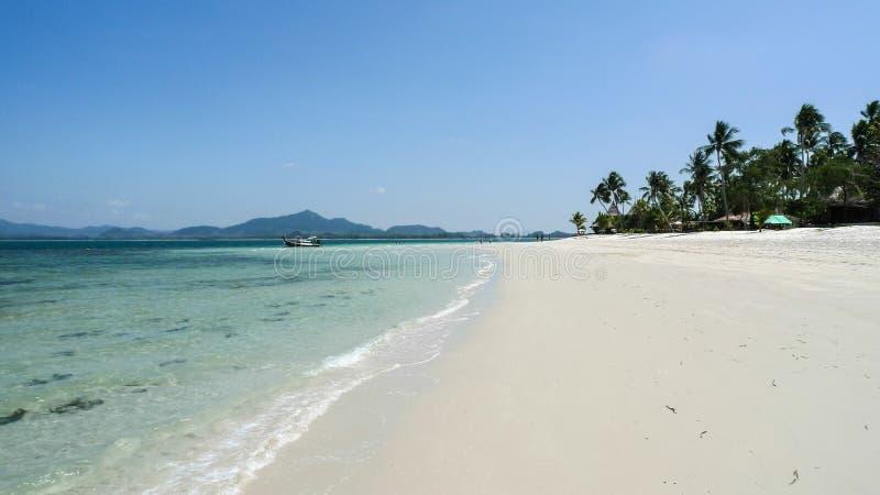 Wit zandstrand in Thailand op Koh Muk Island royalty-vrije stock foto's