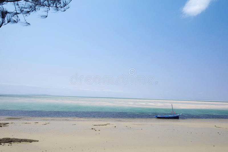 WIT ZANDstrand IN VILANCULOS MOZAMBIQUE, AFRIKA stock afbeelding