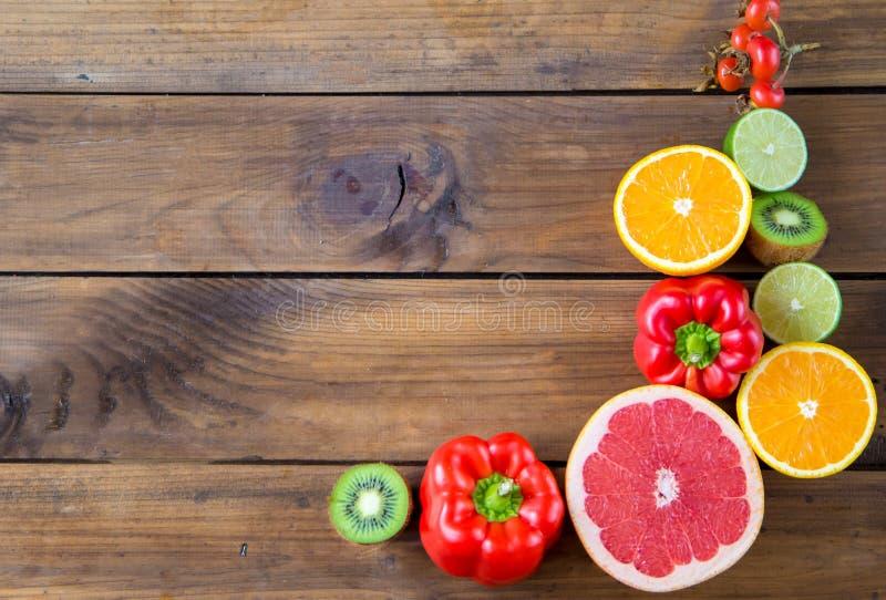 Witamina C w owoc i warzywo Naturalni produkty bogaci w witaminie C z przestrzenią dla teksta obrazy stock