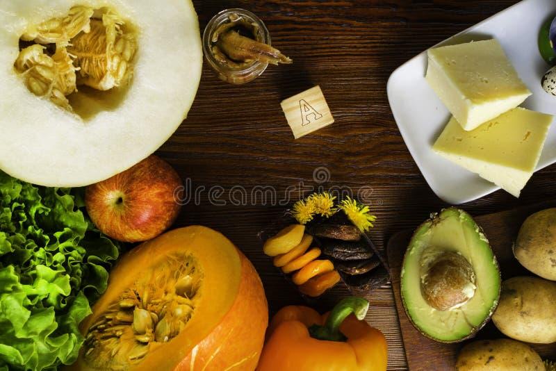 Witamina A w jedzeniu, Naturalni produkty bogaci w witaminie A jak pieprzu, bania, jabłko, grula, kapusta, avocado, wysuszone mor zdjęcie royalty free