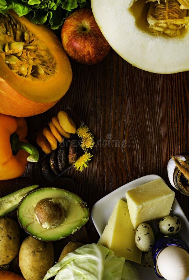 Witamina A w jedzeniu, Naturalni produkty bogaci w witaminie A jak pieprzu, bania, jabłko, grula, kapusta, avocado, wysuszone mor obraz royalty free