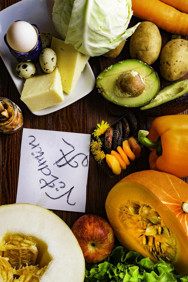 Witamina A w jedzeniu, Naturalni produkty bogaci w witaminie A jak pieprzu, bania, jabłko, grula, kapusta, avocado, wysuszone mor fotografia stock
