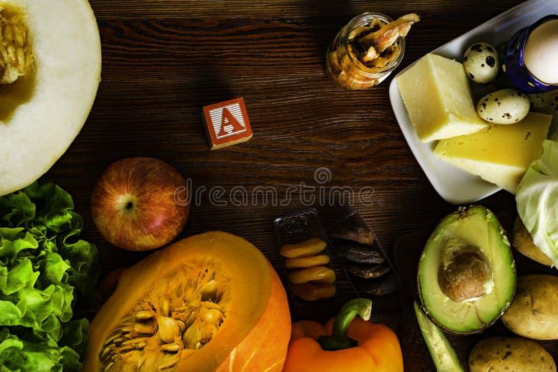 Witamina A w jedzeniu, Naturalni produkty bogaci w witaminie A jak pieprzu, bania, jabłko, grula, kapusta, avocado, wysuszone mor zdjęcia stock