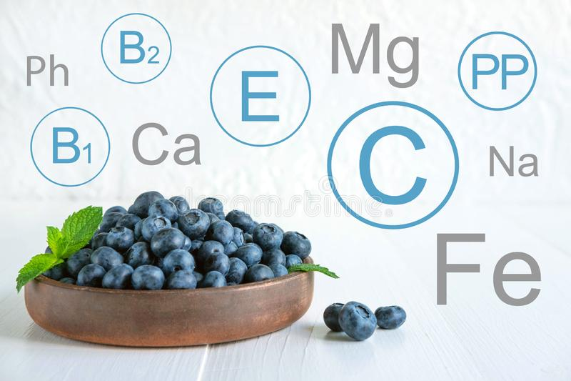 Witaminy i kopaliny w czarnych jagodach Konceptualna fotografia z listą odżywki w czarnych jagodach Fotografia dla bloga o dietac zdjęcia stock