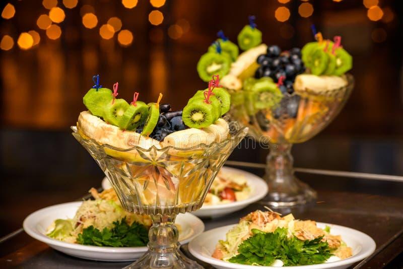Witaminy w owoc i warzywo Naturalni produkty bogaci w witaminach jako pomarańcze, cytryny, czerwony pieprz, kiwi, pomidory, banan obraz royalty free