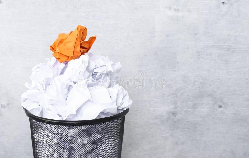 Witboek in de vuilnisbak stock afbeeldingen