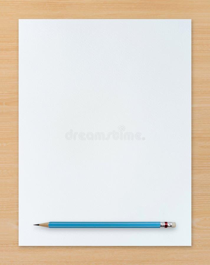 Witboek en blauw potlood op houten achtergrond stock foto