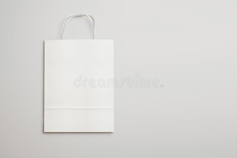 Witboek het winkelen zak met handvatten op lichte achtergrond 3d aangaande stock afbeeldingen