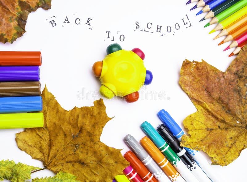 Witboek met de inschrijving terug naar school met tellers, geïsoleerde potloden royalty-vrije stock afbeelding