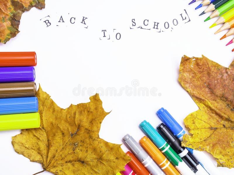 Witboek met de inschrijving terug naar school met tellers, geïsoleerde potloden royalty-vrije stock foto's