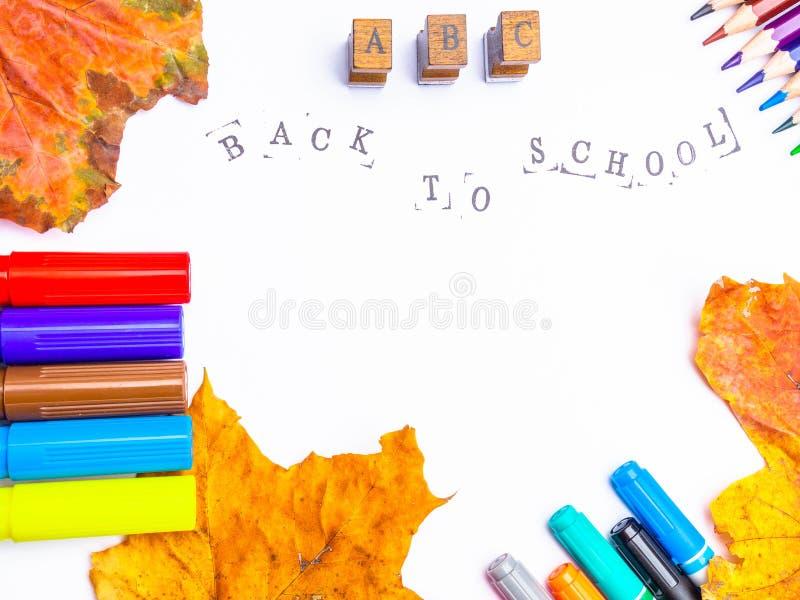 Witboek met gestempelde inschrijving terug naar school met tellers, geïsoleerde potloden royalty-vrije stock afbeelding