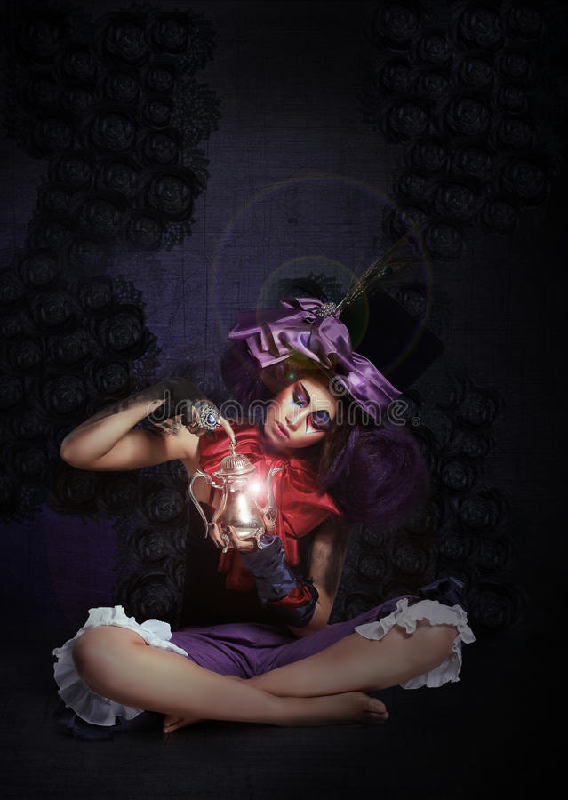 witchcraft Αινιγματικό Magus με το λαμπτήρα στο σκοτάδι στοκ φωτογραφία με δικαίωμα ελεύθερης χρήσης