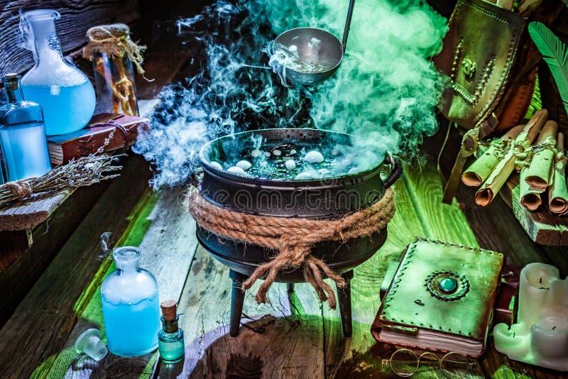 Witcher-Hütte mit blauem und grünem Rauche für Halloween stockbild