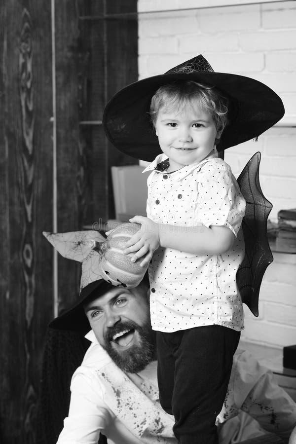 Witcher i mały magik robimy Halloweenowemu wystrojowi fotografia royalty free