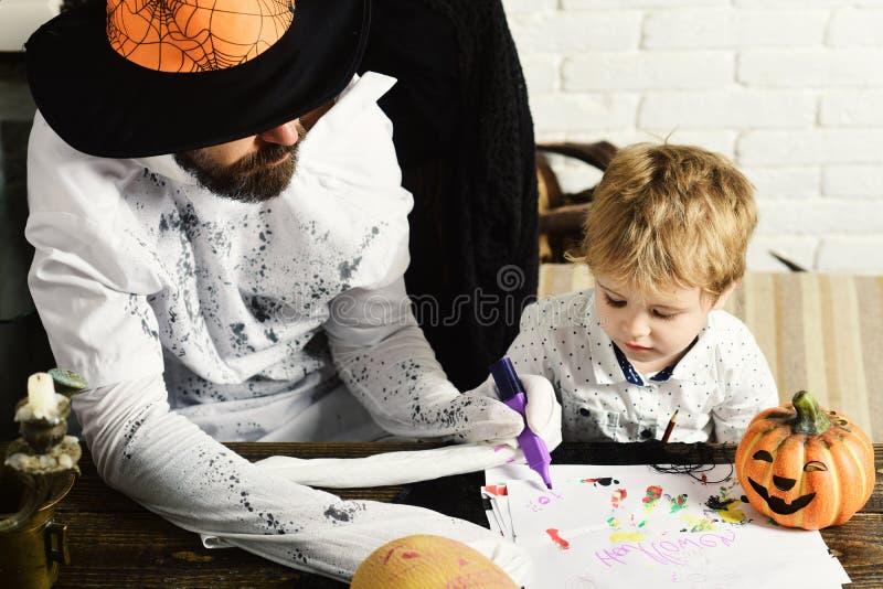 Witcher i mały magik robimy Halloweenowemu wystrojowi obrazy royalty free
