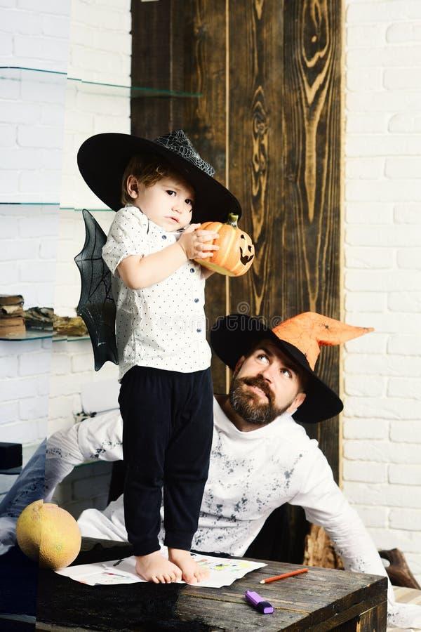 Witcher i mały magik robimy Halloweenowemu wystrojowi zdjęcia stock