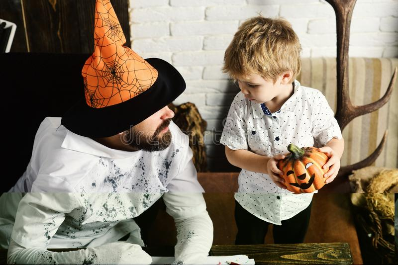 Witcher i mały magik robimy Halloweenowemu wystrojowi zdjęcie royalty free