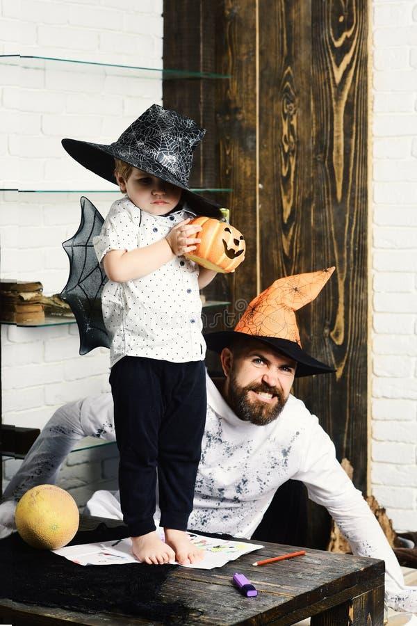 Witcher i mały magik robimy Halloweenowemu wystrojowi Mężczyzna i dzieciak fotografia stock