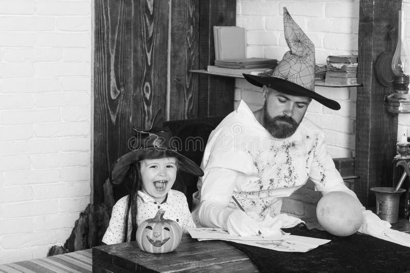 Witcher i mały magik robimy wystrojowi dla Halloween fotografia stock