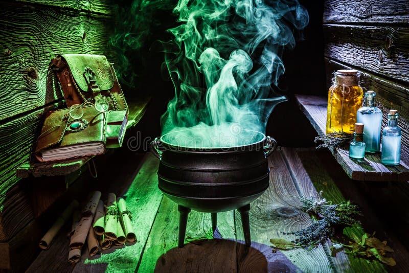 Witcherketel met blauwe en groene rook voor Halloween stock foto