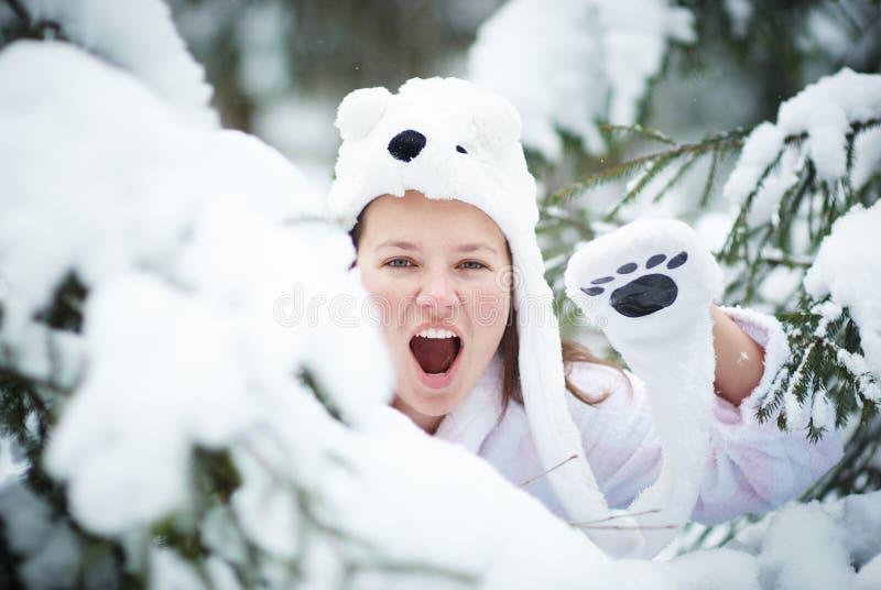 Wite玩具熊呼喊在冬天森林里 库存图片