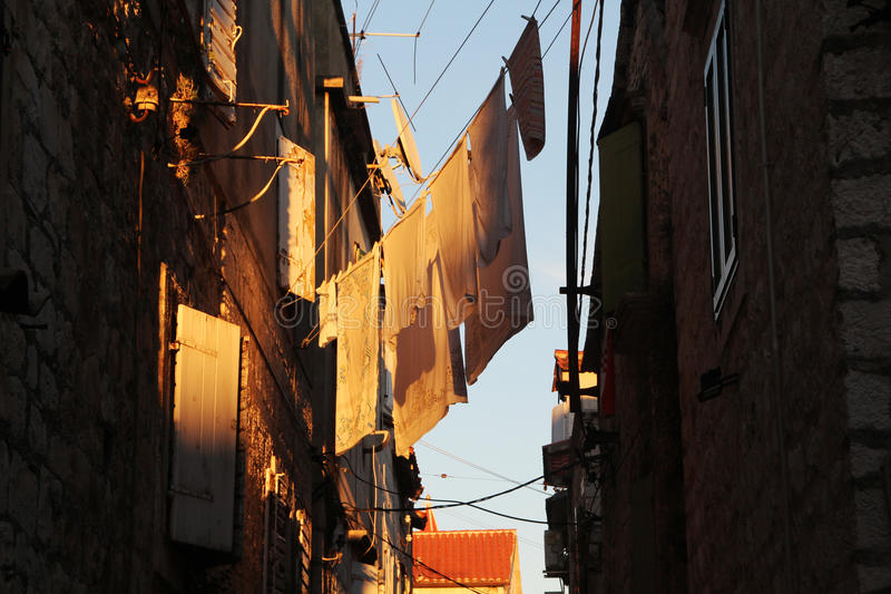 Witgewassen kleren die, Trogir, Kroatië buiten drogen stock fotografie