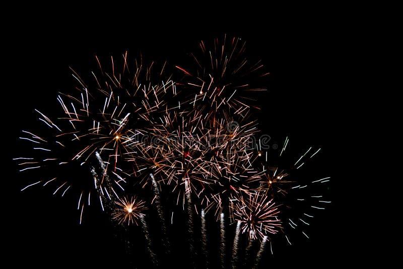 Witgoud pyrotechnic vuurwerk in de nacht royalty-vrije stock afbeelding