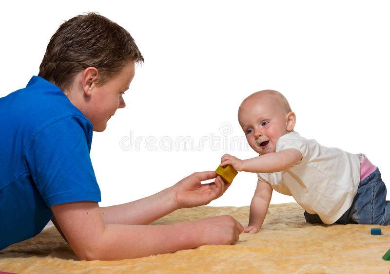 withbig брата младенца счастливое пытливое играя стоковое изображение