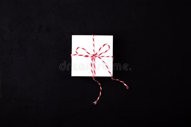 Withribbon blanco de la caja de regalo en fondo negro imagenes de archivo
