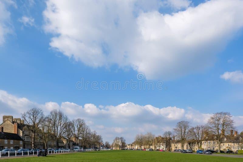 WITNEY, OXFORDSHIRE/UK - 23-ЬЕ МАРТА: Взгляд от церков t ` s St Mary стоковые изображения