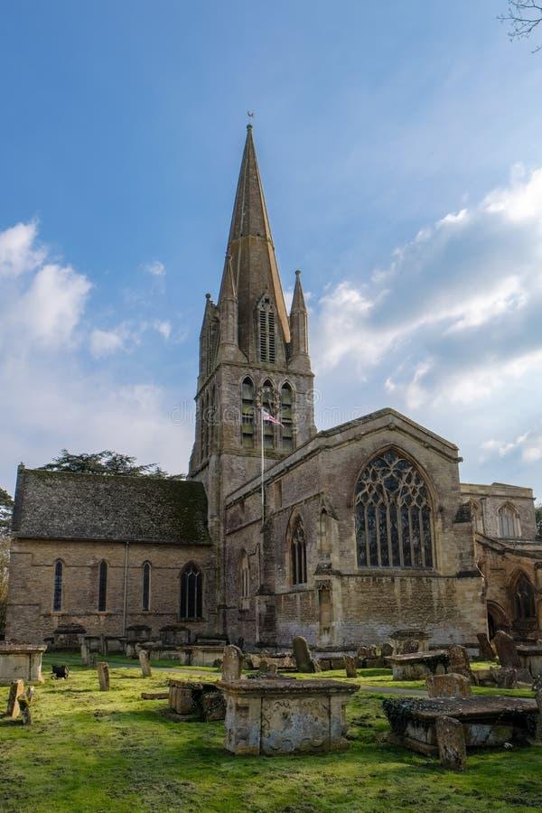 WITNEY, OXFORDSHIRE/UK - 23 DE MARZO: La iglesia del ` s de St Mary en T foto de archivo libre de regalías