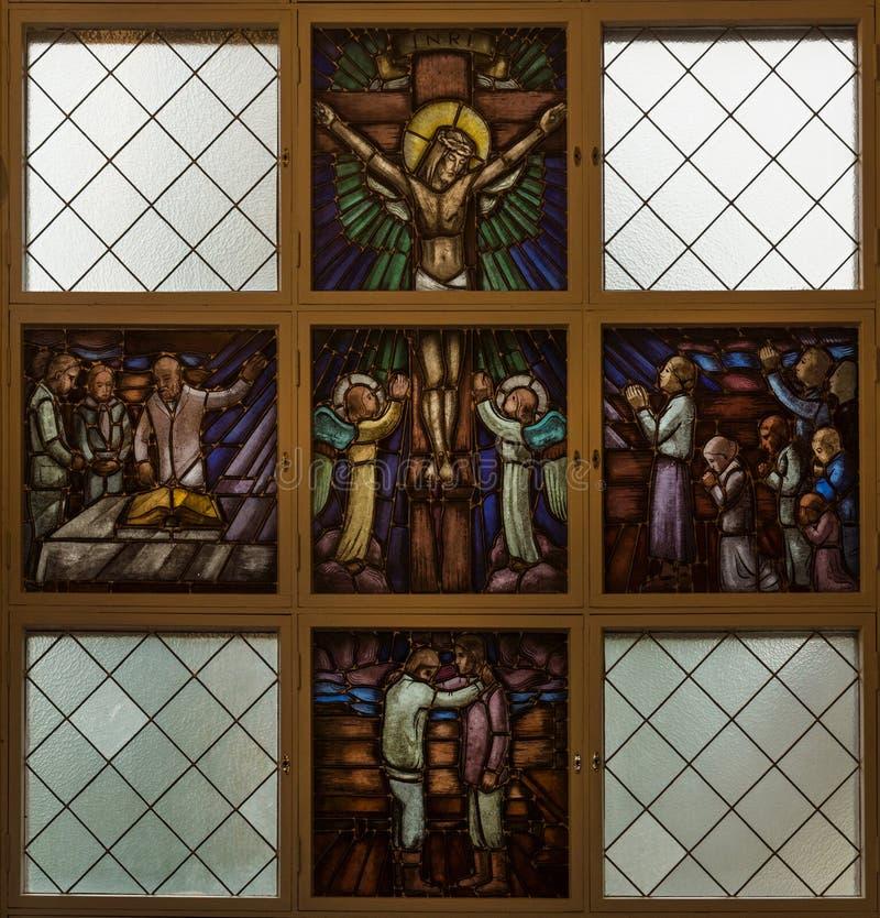 Witraż nadokienny obrazuje Jezus na krzyżu. zdjęcia stock