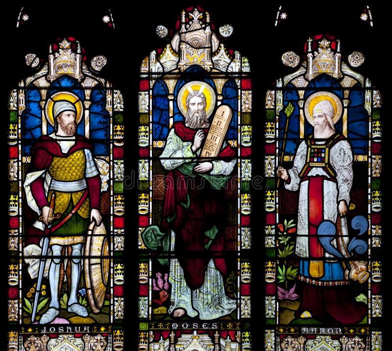 Witraż nadokienny przedstawia Joshua, Mojżesz i Haron w świętego Nicholas kościół, Arundel, Sussex, Jednoczący obraz stock