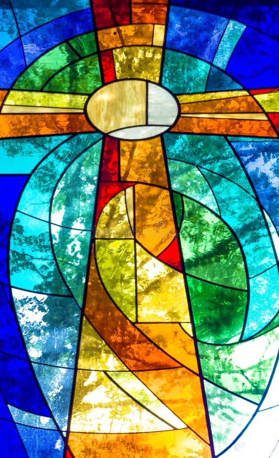 Witrażu krzyż w jaskrawych żywych kolorach fotografia royalty free