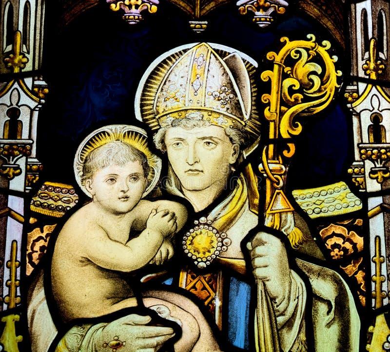 Witrażu okno przedstawia dziecka Jezus obraz stock
