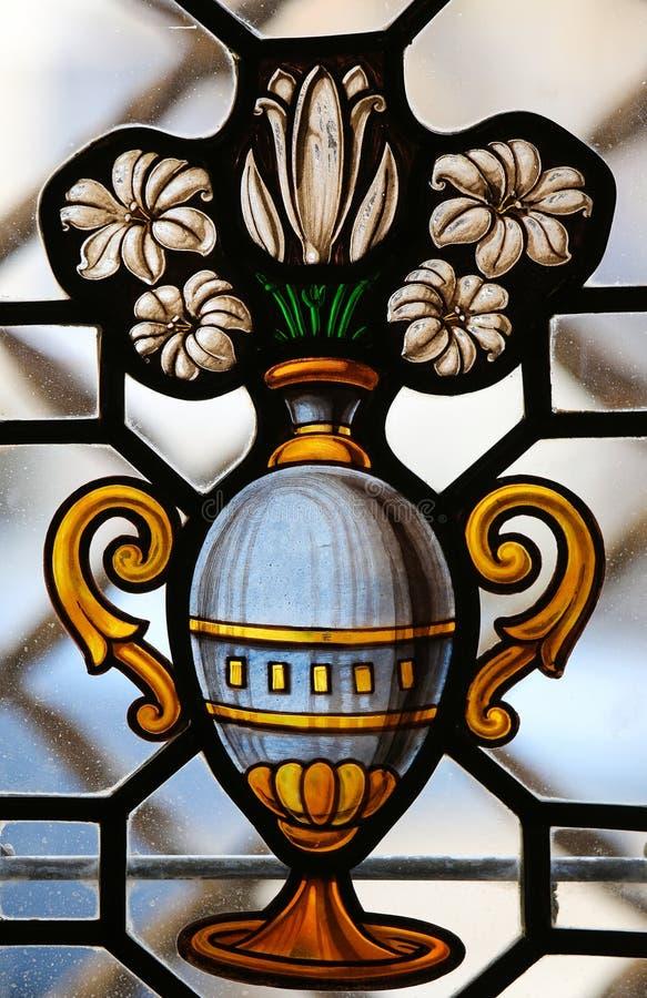 Witrażu okno waza z białymi kwiatami w Cathedr zdjęcie stock
