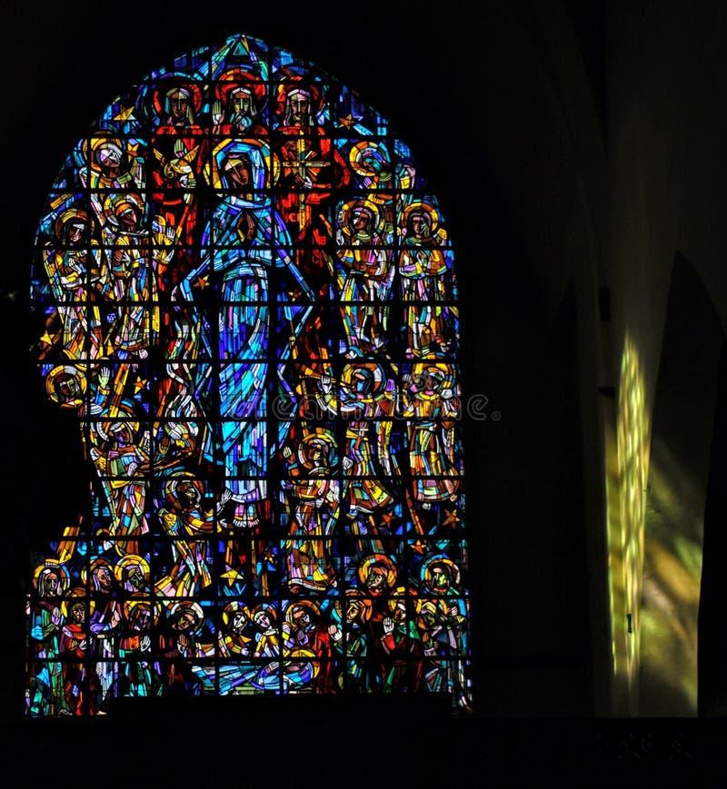 Witrażu okno z colourful sunbeam jaśnieniem na ścianie w kościół w Belgia obraz royalty free