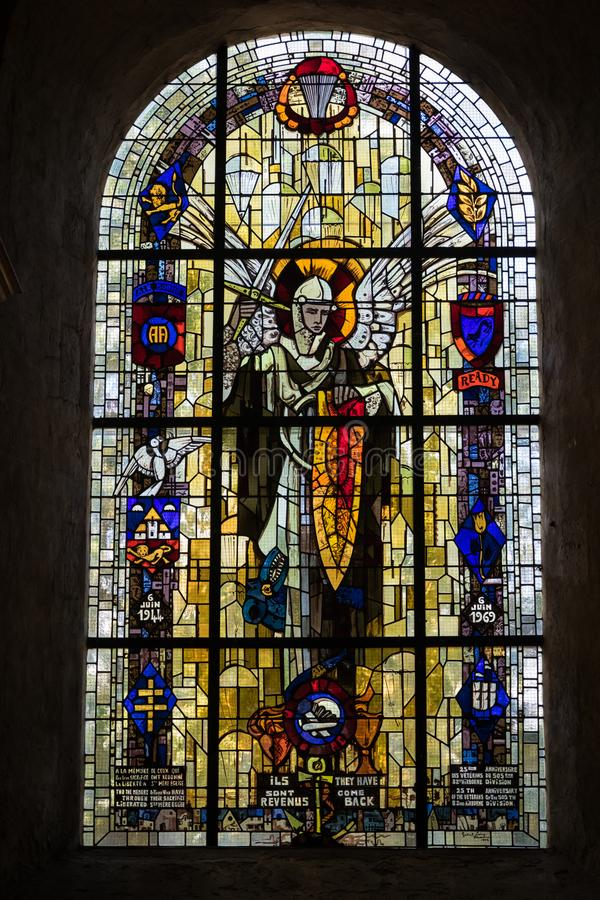 Witrażu okno z spadochroniarzami, St Zwyczajny Eglise, Normandy obrazy royalty free