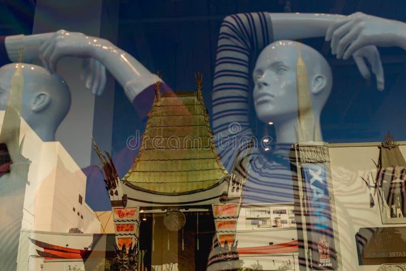 Witryny sklepowej odbicie Chiński Theatre na Hollywood bulwarze, Los Angeles zdjęcia stock