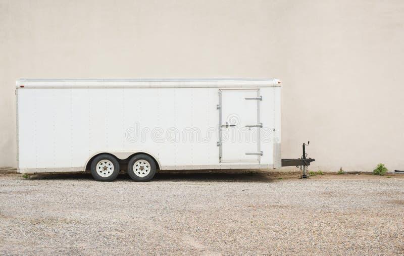 Witte aanhangwagen in profiel, exemplaarruimte stock foto