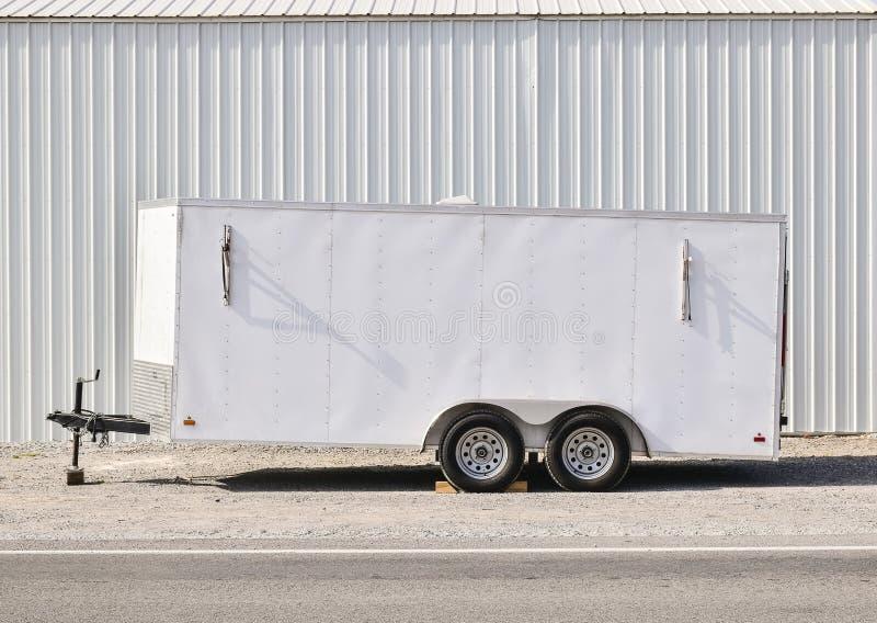Witte aanhangwagen in profiel, exemplaarruimte royalty-vrije stock fotografie
