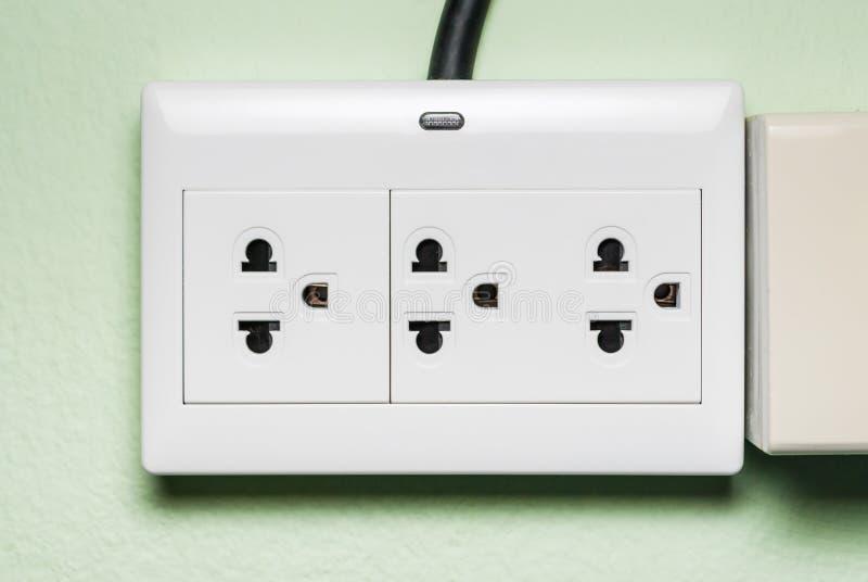 Witte AC Elektrische Afzet met Indicatorlamp op Groene Muur royalty-vrije stock foto's