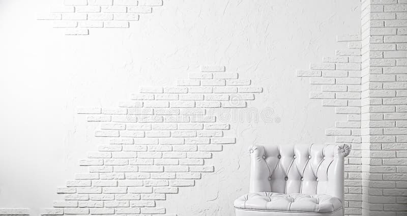 Witte achtergrond Witte bakstenen muur en witte leerleunstoel voor ontwerp stock foto