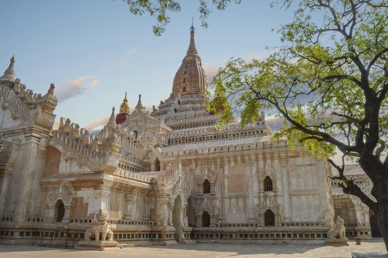 Witte Ananda Temple With Corner Stone-Wacht Dogs stock fotografie