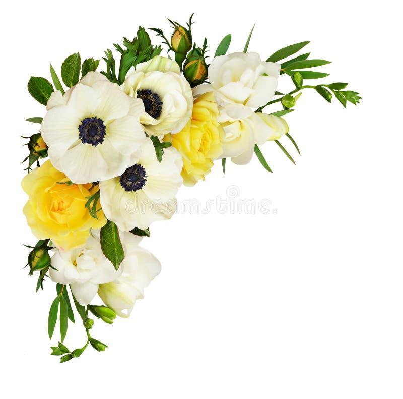 Witte anemonen, gele rozen, eucalyptusbladeren en fresiastroom stock foto