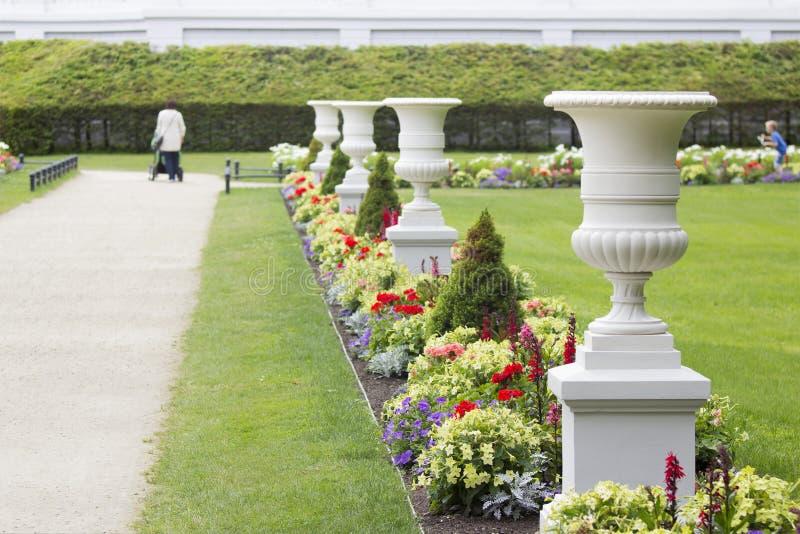 Witte antieke vazen in een toevluchtpark royalty-vrije stock afbeelding