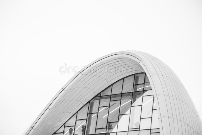 Witte architectuur cirkelachtergrond Modern de bouwontwerp Abstracte gebogen vormen Glas en Beton royalty-vrije stock afbeeldingen