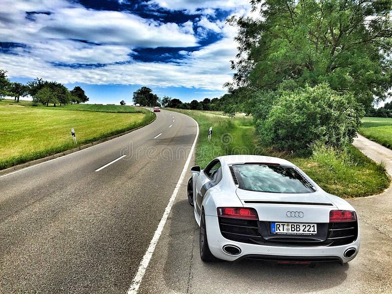 Witte Audi Coupe op Gray Concrete Road tijdens Textiel stock afbeelding