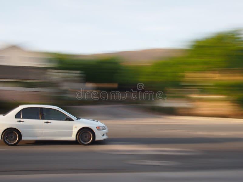 Witte auto met onduidelijk beeld royalty-vrije stock afbeeldingen